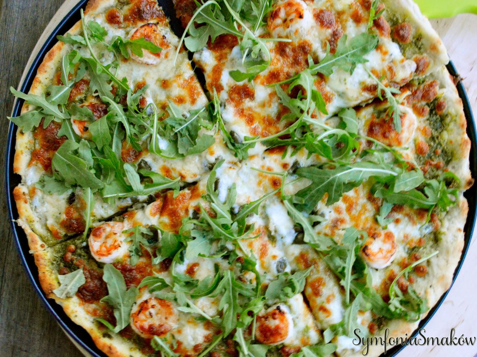 Pizza z rukolowym pesto, krewetkami, kaparami i gorgonzollą na ziemniaczanym spodzie.