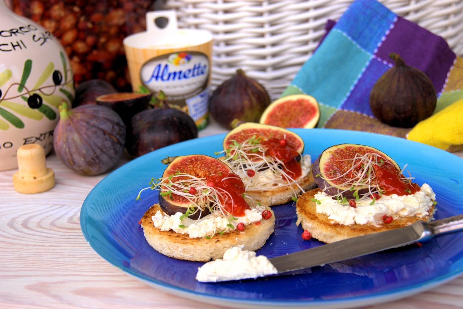 Figi z kremem pieprzowo-cytrynowym i dziką różą, serwowane na szałwiowych grzankach