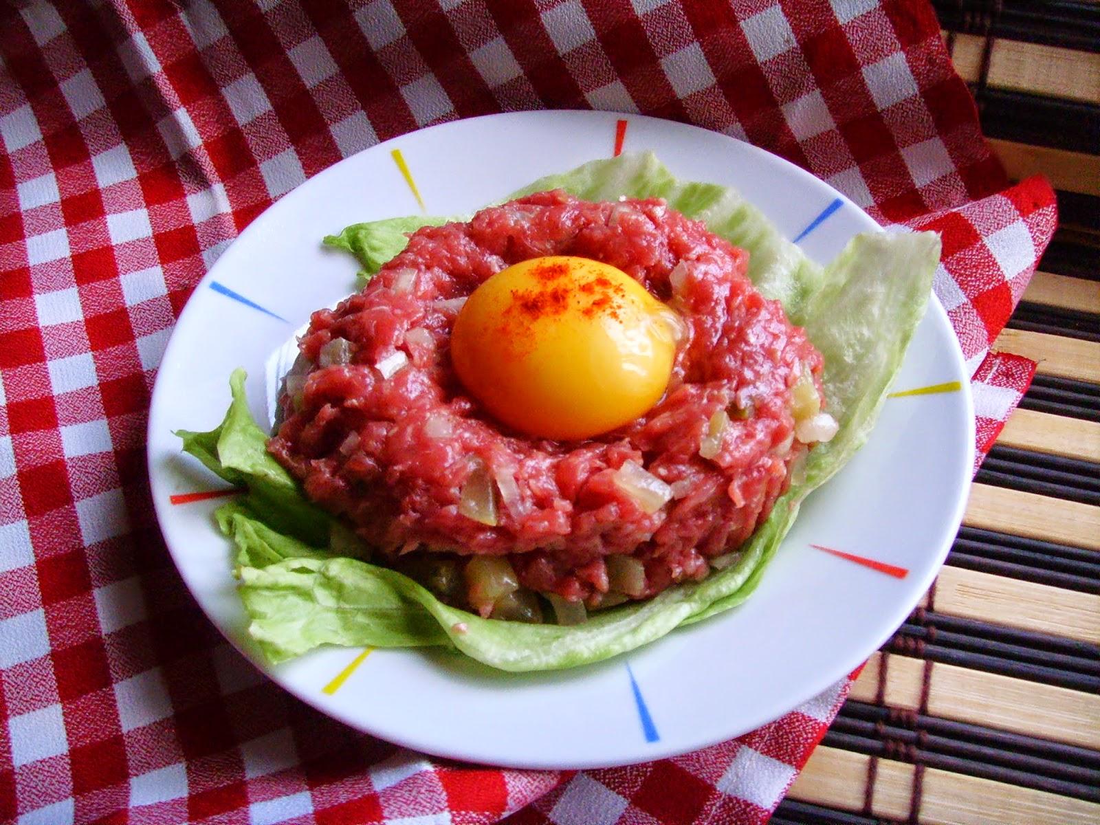 Tatar. Befsztyk tatarski wołowy z cebulką, ogórkiem i papryczką chili.