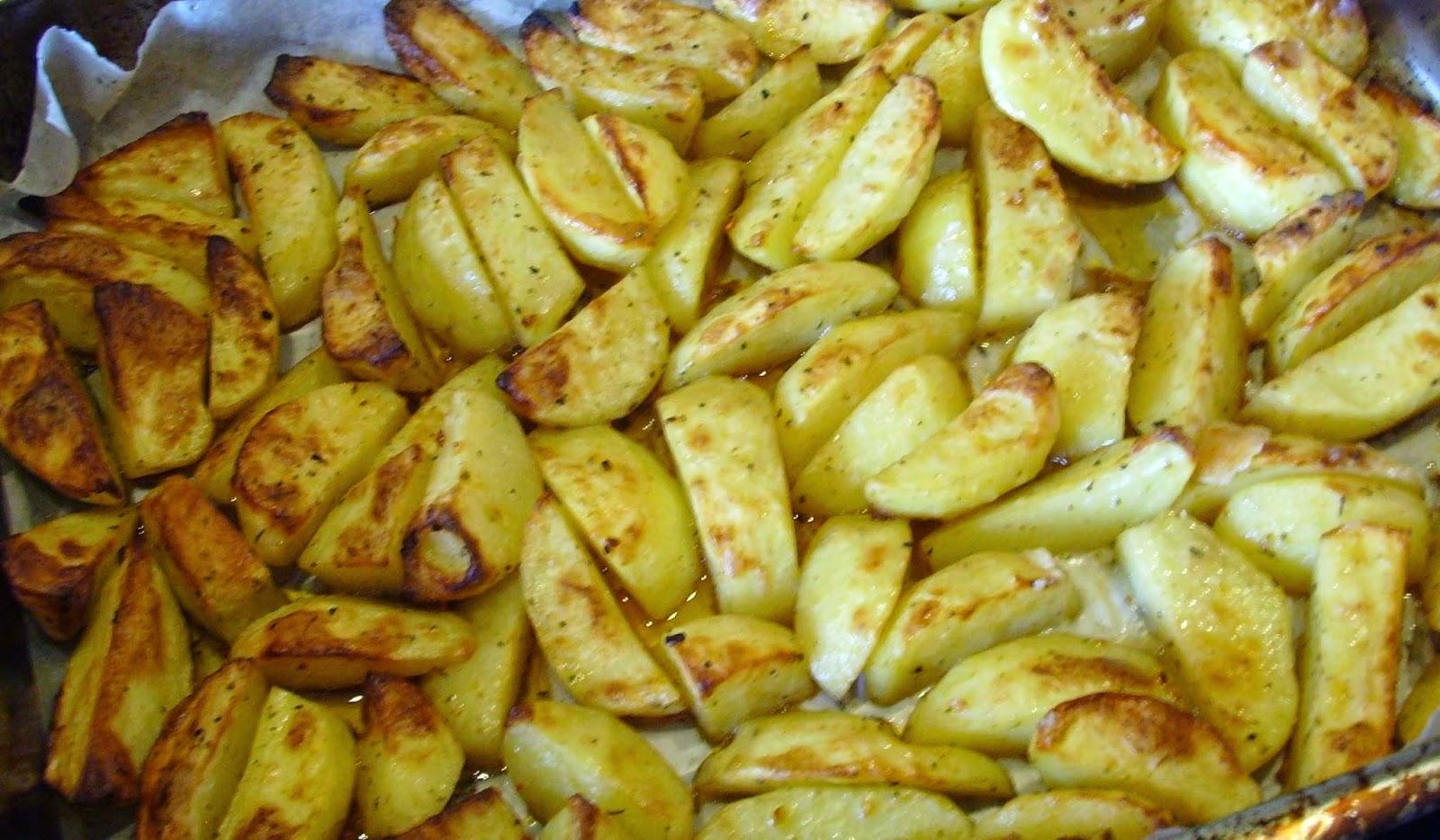 Pyszne, aromatyczne, chrupiące, pieczone ziemniaki w piekarniku a'la frytki.