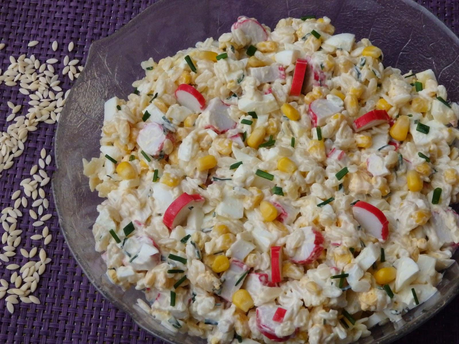 Sałatka z paluszkami krabowymi i makaronem w kształcie ryżu