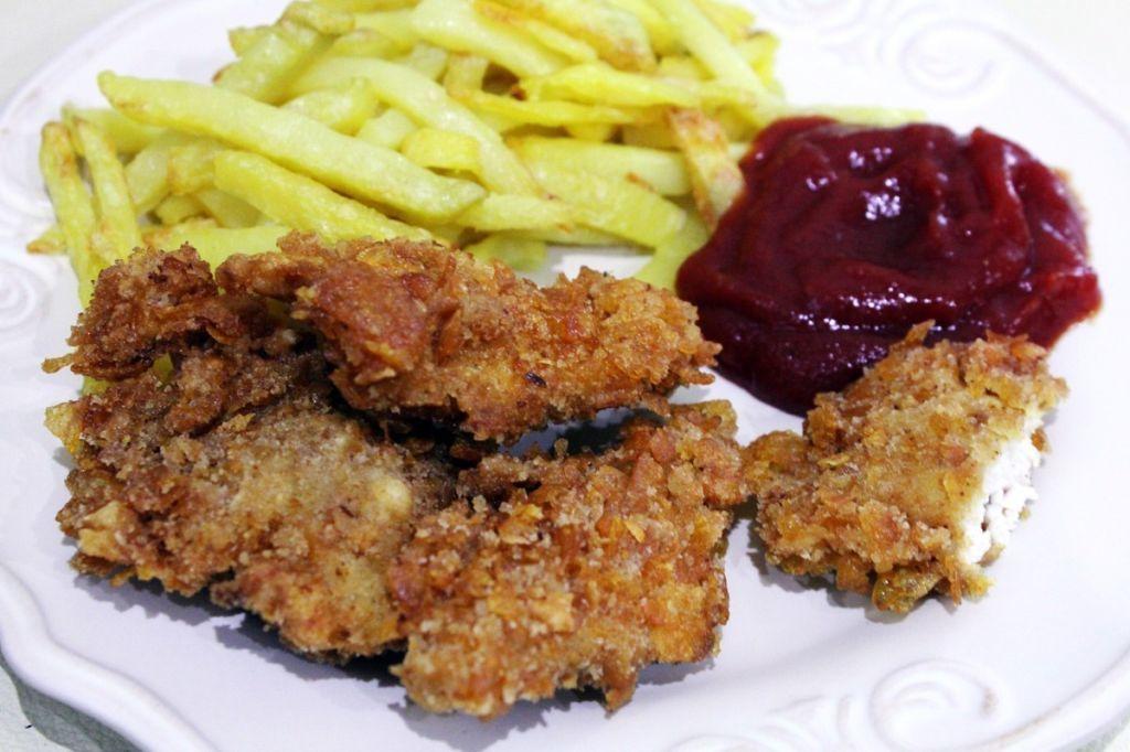 Kawałki kurczaka panierowane w płatkach kukurydzianych