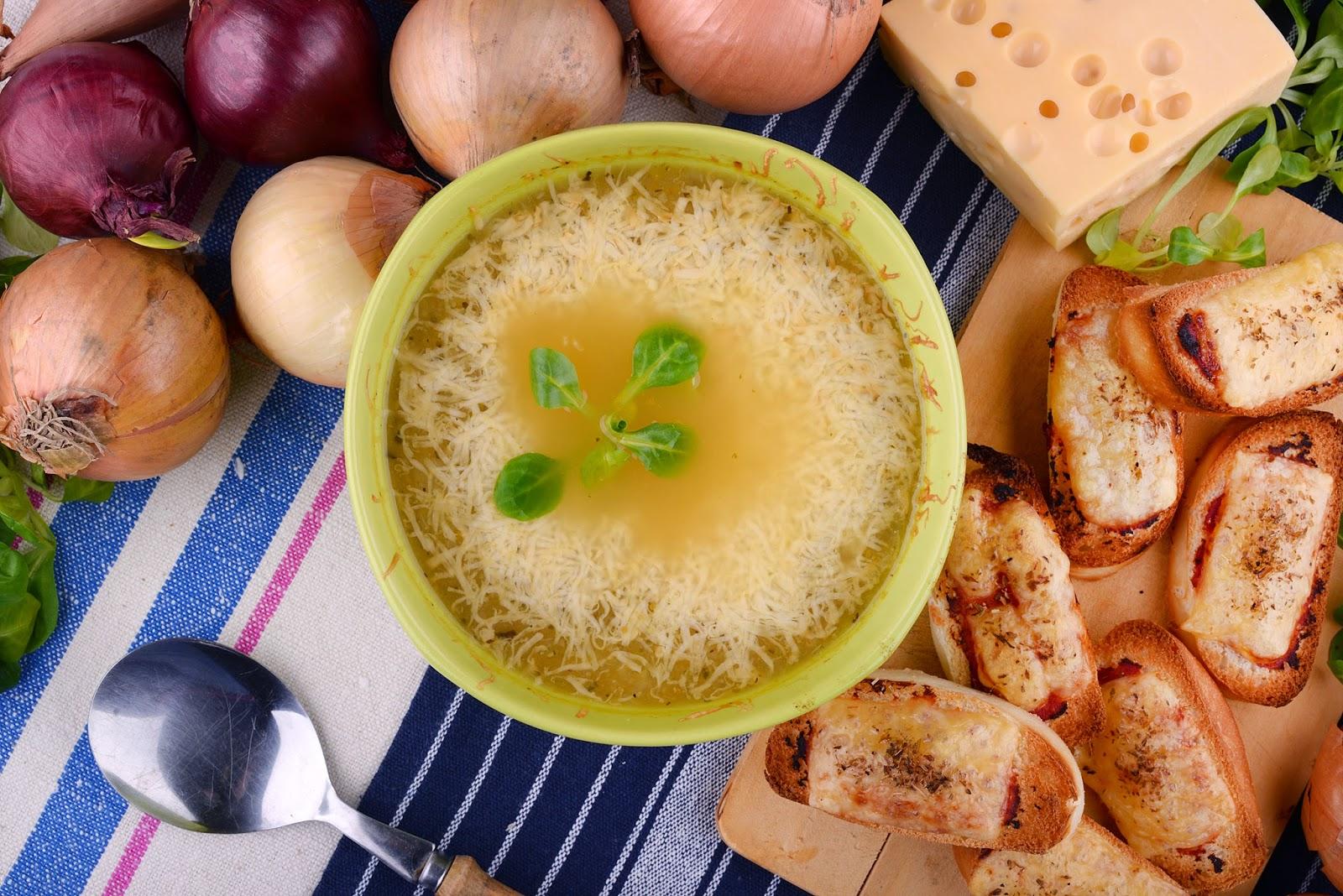 Zupa cebulowa z grzankami z pampuchów