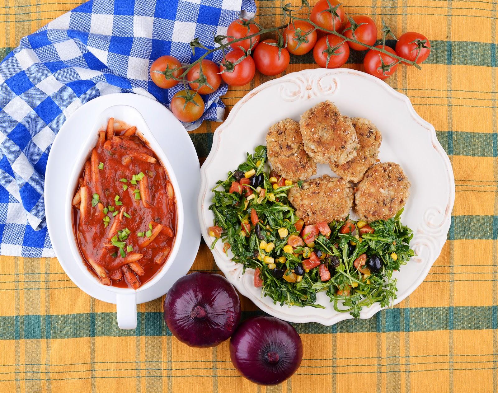 Ryżowe kotlety i fasolka szparagowa w pomidorach.