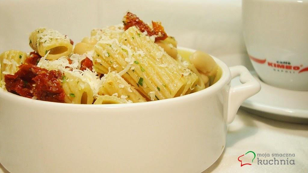 Makaron, fasola, suszone pomidory i natka pietruszki
