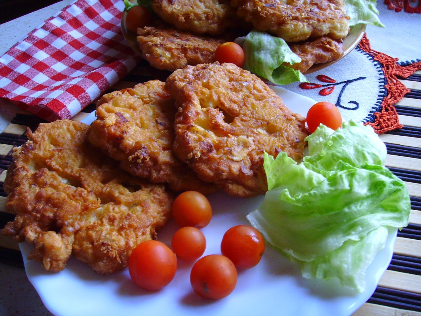 Naleśnikowe placuszki z szynką, serem i innymi dodatkami a'la pizzerinki.