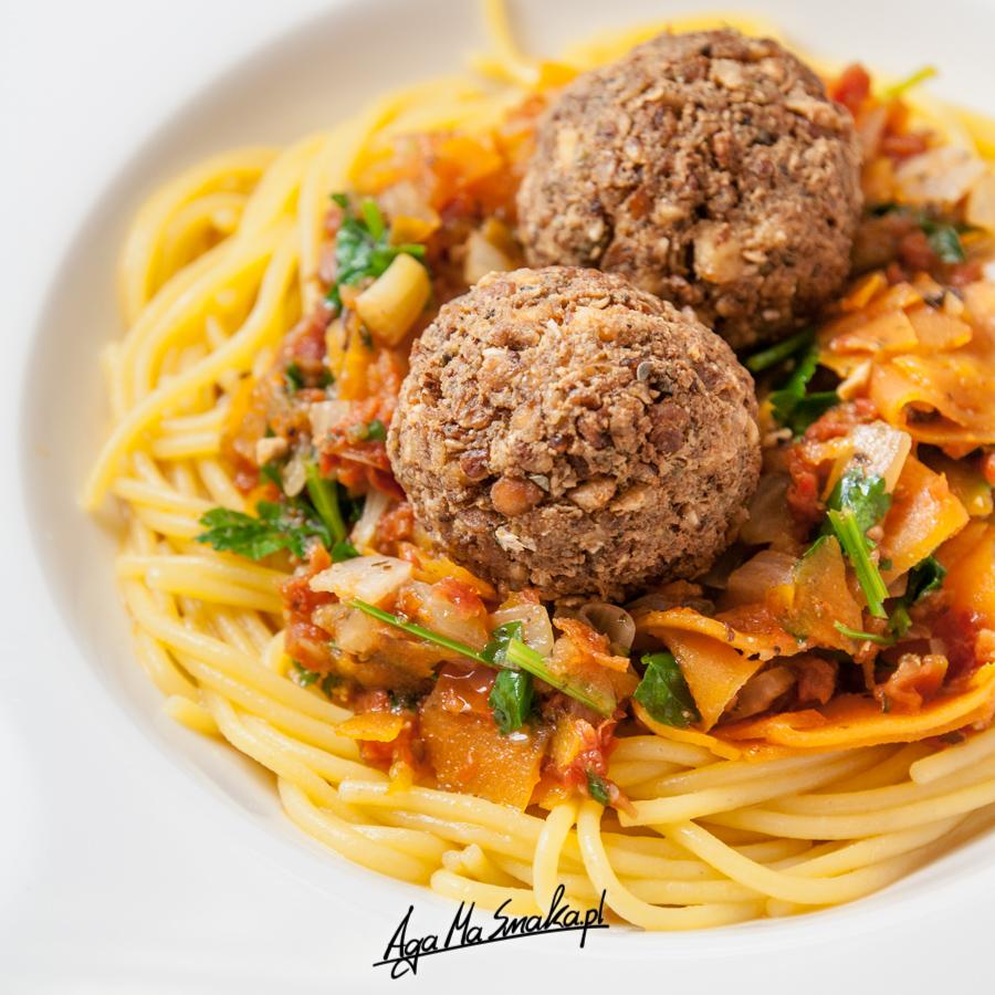 A może pulpety w towarzystwie sosu na bazie suszonych pomidorów i spaghetti? Wegańsko, bezglutenowo, smacznie!