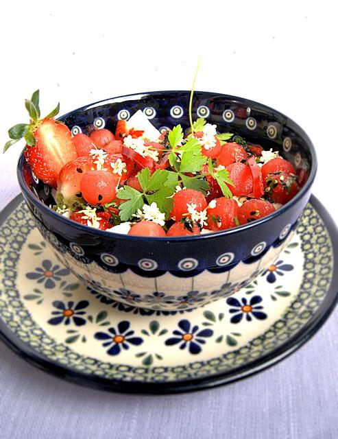 Wiosenna sałatka z arbuza i truskawek w stylu azjatyckim