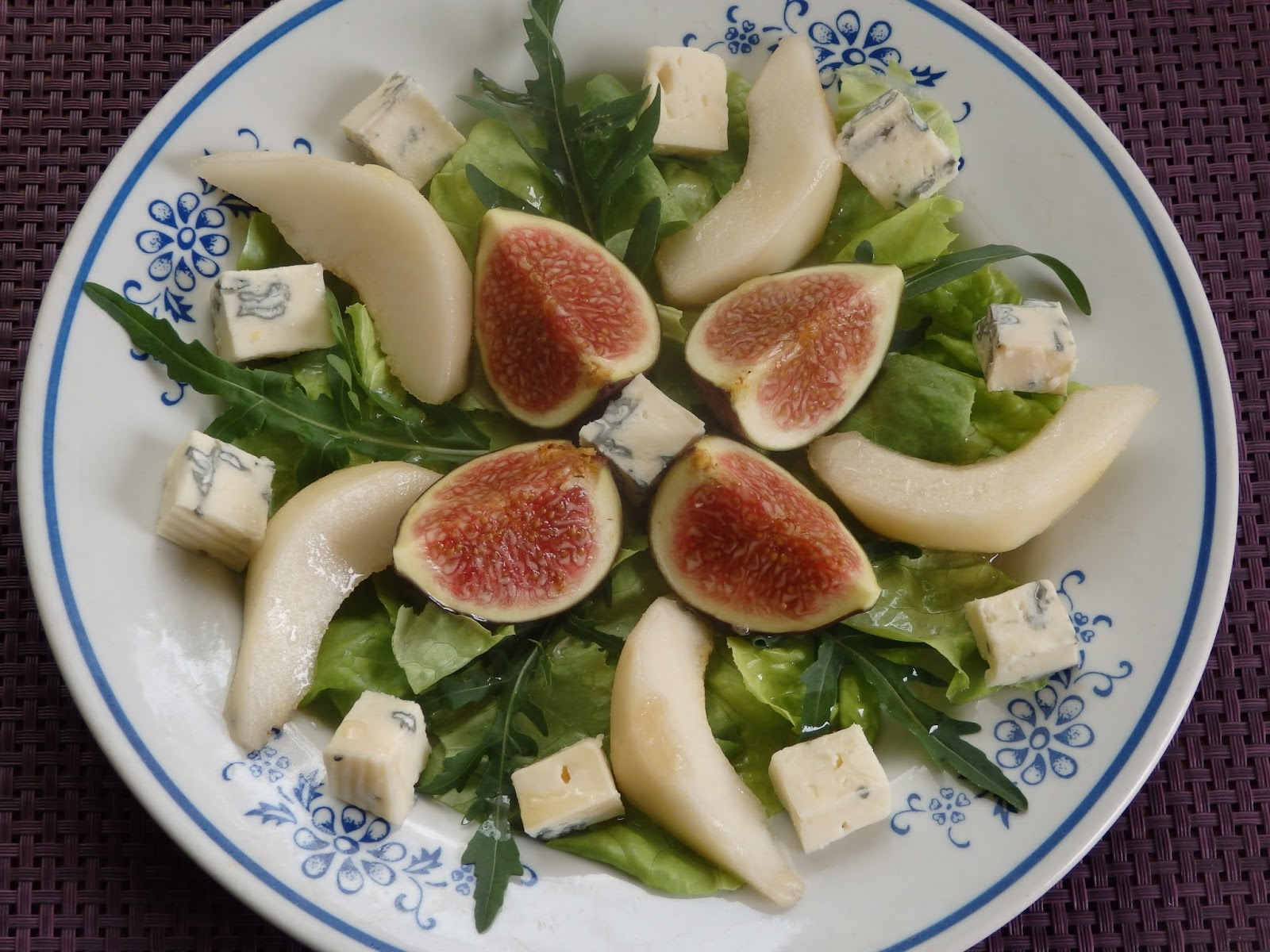 Sałatka figowo-gruszkowa z serem pleśniowym