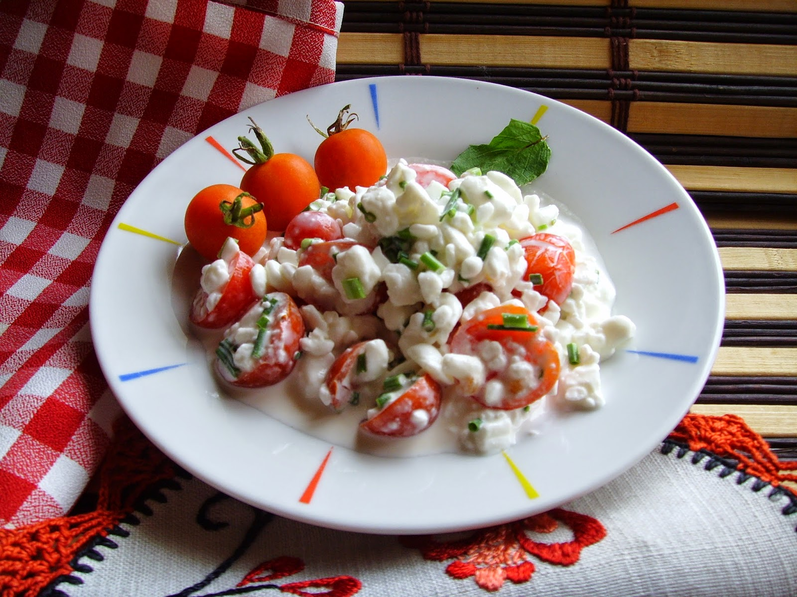 Serek wiejski z pomidorkami koktajlowymi i szczypiorkiem. Pyszne śniadanie lub kolacja.