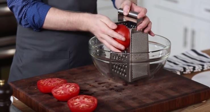 Starł dużego pomidora na tarce i zrobił z niego świetne danie