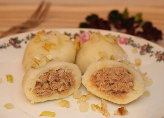 Kluski śląskie z mięsnym sosem madziarów