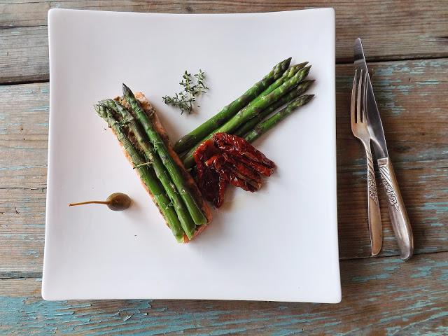 Szparagi zielone z pieczonym łososiem