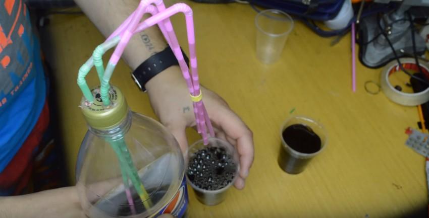 Genialny trik do nalewania drinków na imprezie