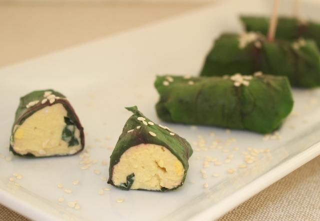 Roladki z masą jajeczną – w liściach botwiny