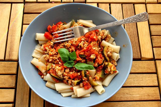 Makaron dietetyczny FIT z indykiem, pomidorami i cukinią