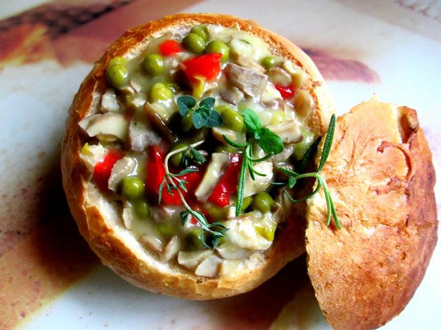 Gulasz grzybowo -warzywny w bułce