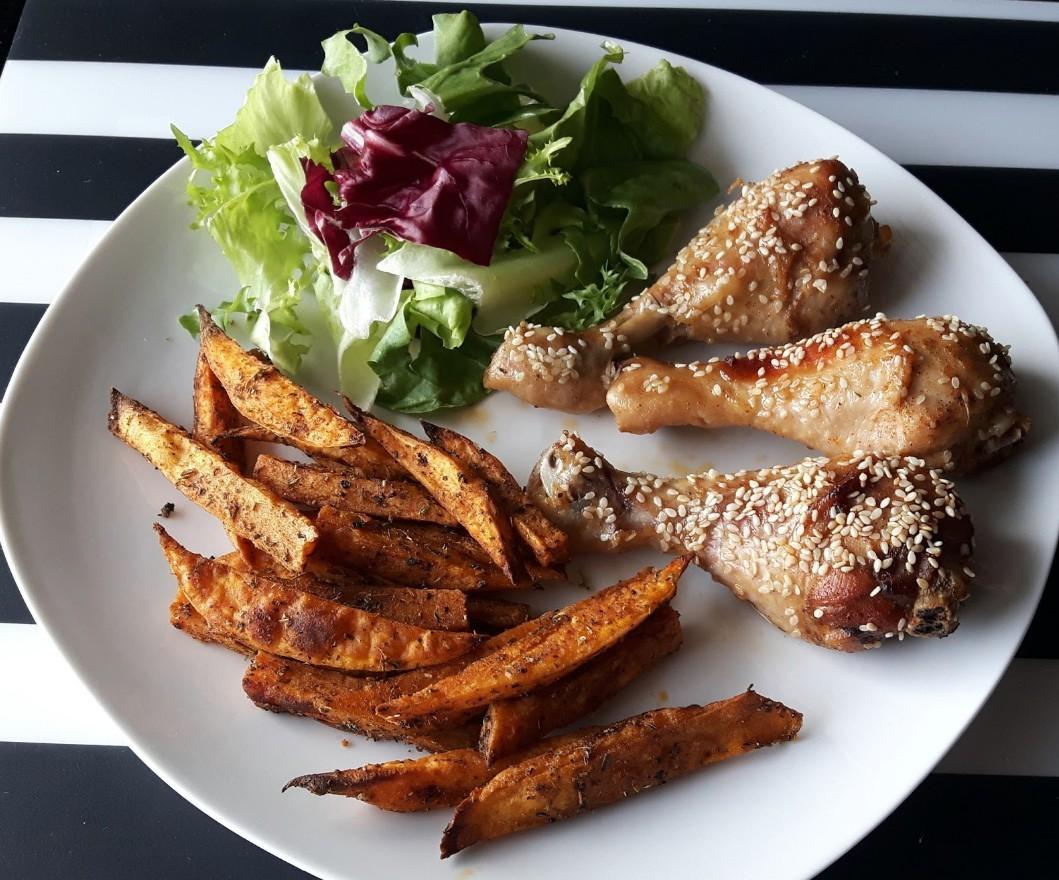 Pieczone podudzia z kurczaka z miodem i sezamem + frytki z batatów