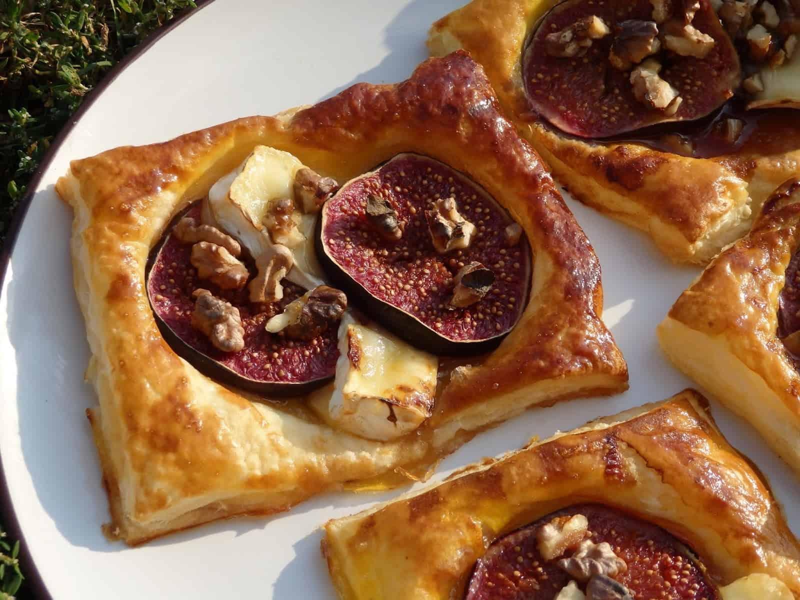 Figi z miodem i orzechami zapiekane na cieście francuskim
