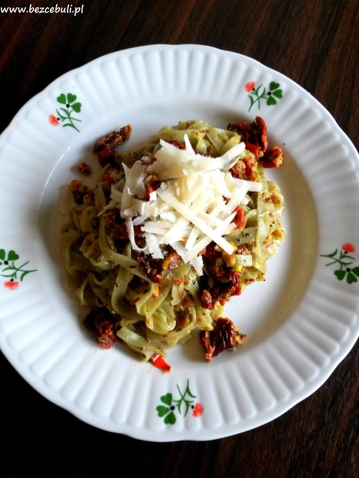 Makaron z suszonymi pomidorami i pistacjami