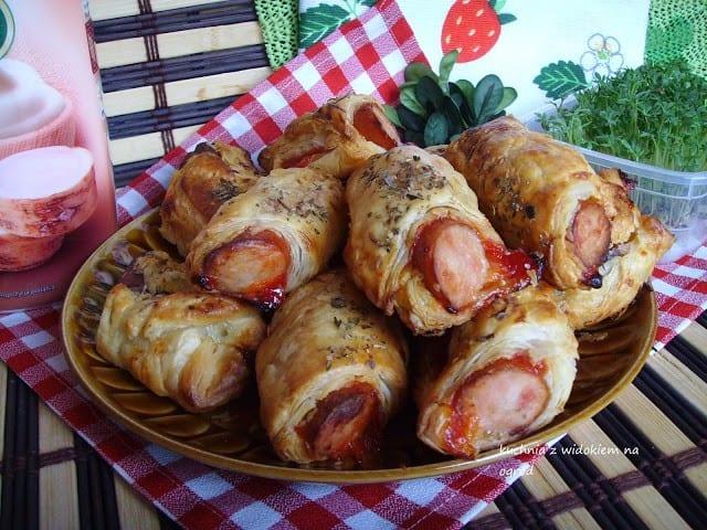 DomPelenPomyslow.pl Kiełbaski w cieście francuskim z sosem majonezowo-chrzanowym i keczupem.