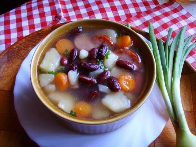 Zupa ziemniaczano – fasolowa z boczkiem i kiełbasą. Jesienna kartoflanka z fasolą.