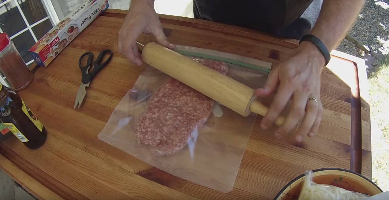 Najpierw rozwałkował mięso mielone, a potem zrobił z niego doskonałe danie, którego musisz spróbować!