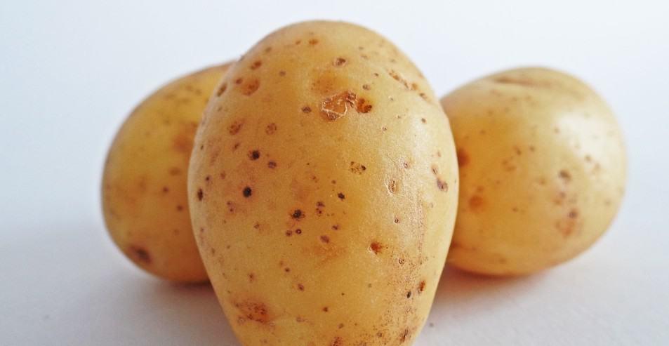 3 genialne właściwości surowego ziemniaka dla naszej skóry