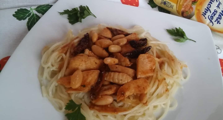 Spaghetti z kurczakiem, suszonymi pomidorami i fasolką.