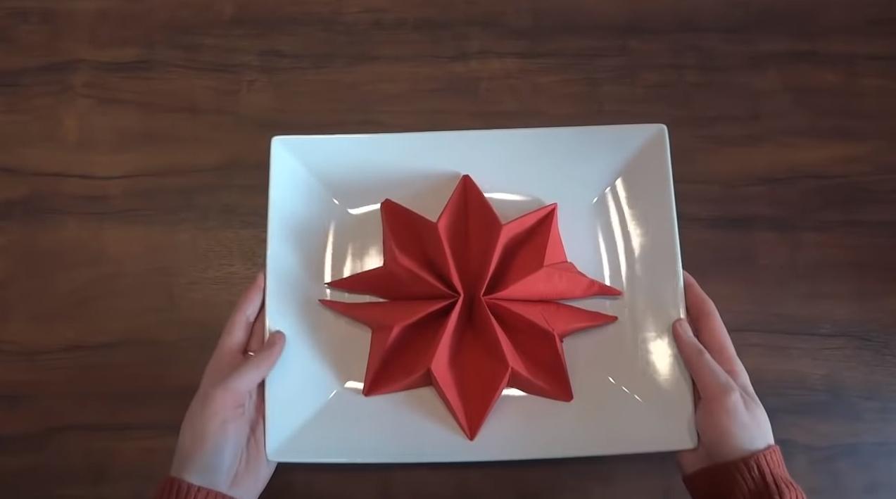 Jak złożyć serwetkę w gwiazdę – pomysł na Boże Narodzenie