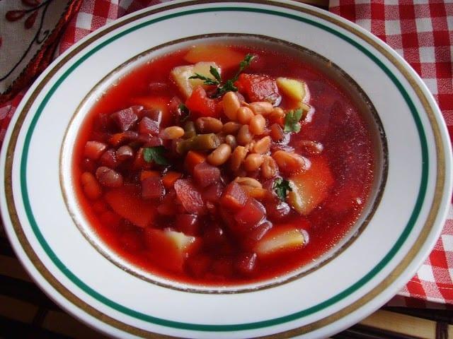 Barszcz ukraiński. Smaczna, pożywna buraczkowa zupa.