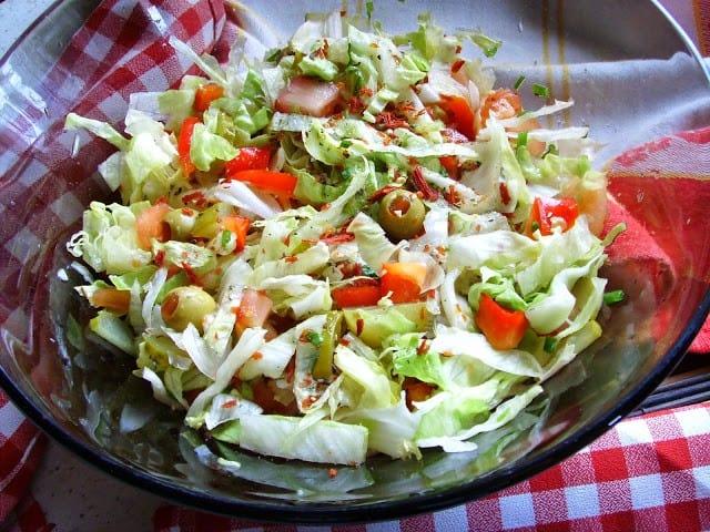 Sałata lodowa, pomidor, ogórek, oliwki. Pyszna surówka na grilla i do obiadu.