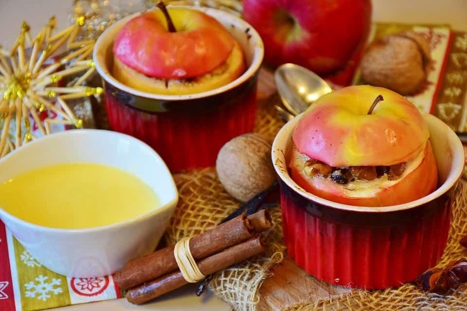 Szybki deser – pieczone jabłka z cynamonem i śliwkami