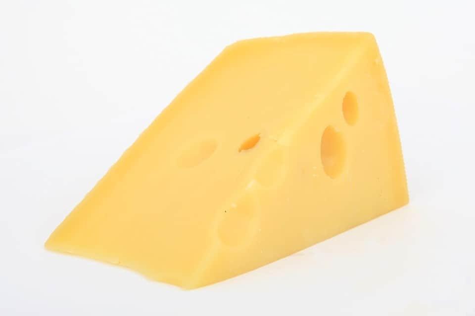 99% osób popełnia ten błąd krojąc żółty ser. Przez to szybciej się psuje!