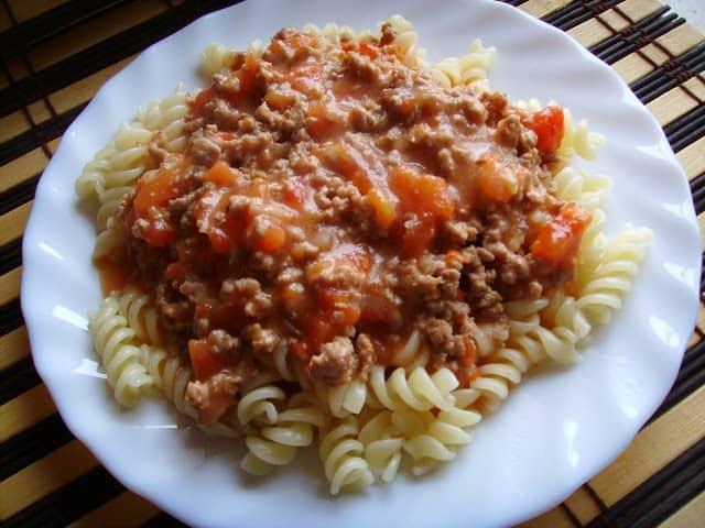 Makaron z gęstym sosem mięsno – pomidorowym. Szybki obiad.