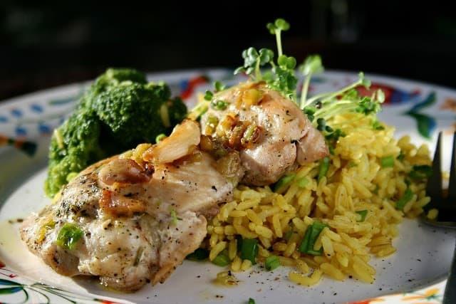Cytrynowe mięso z udek z kurczaka, z ryżem pełnoziarnistym na żółto i brokułem