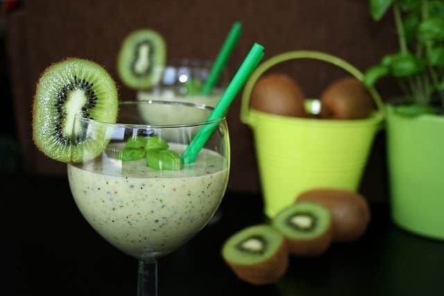 Koktajl z kiwi, banana, bazylii na bazie jogurtu naturalnego