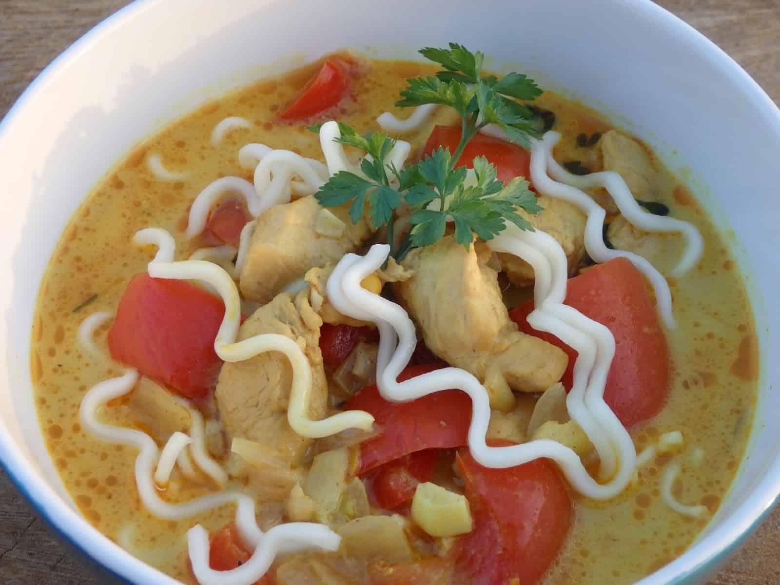 Pikantna zupa z kurczakiem i mleczkiem kokosowym
