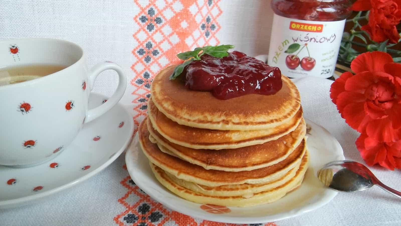 Pancakes jogurtowe z dżemem wiśniowym. Błyskawiczne placuszki jogurtowe.