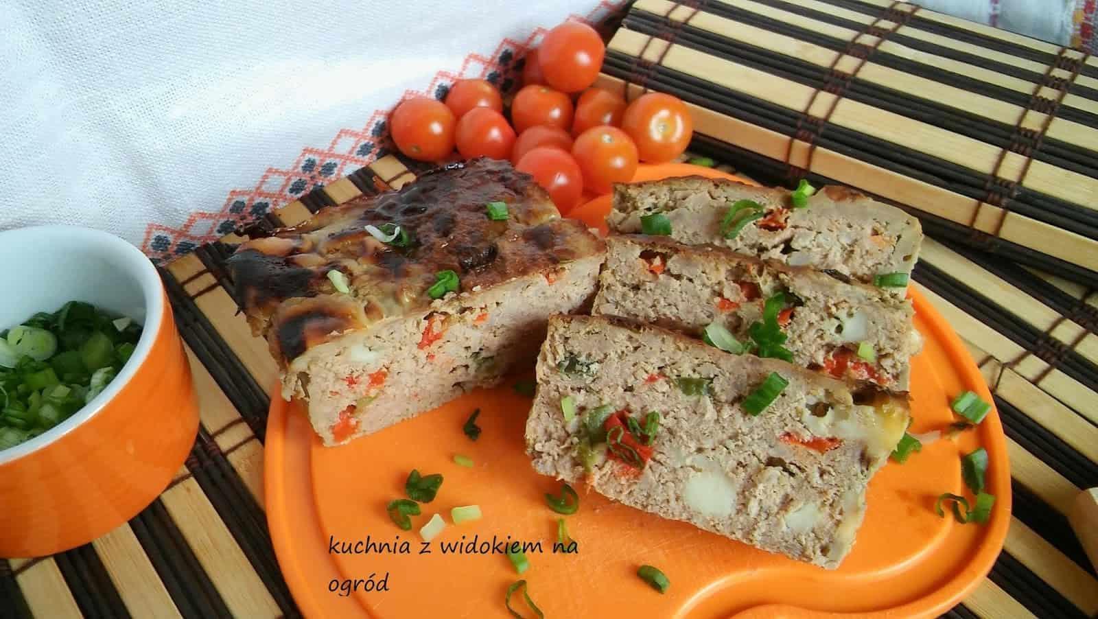 Keks mięsny z papryką i serem. Kolorowa pieczeń na kanapki i do obiadu.