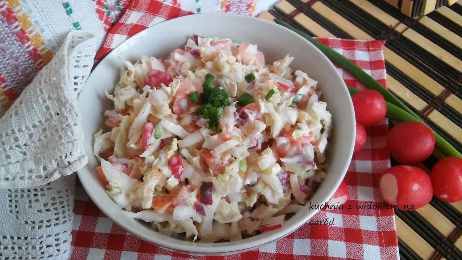 Surówka obiadowa z kapusty pekińskiej z pomidorem w śmietanie.