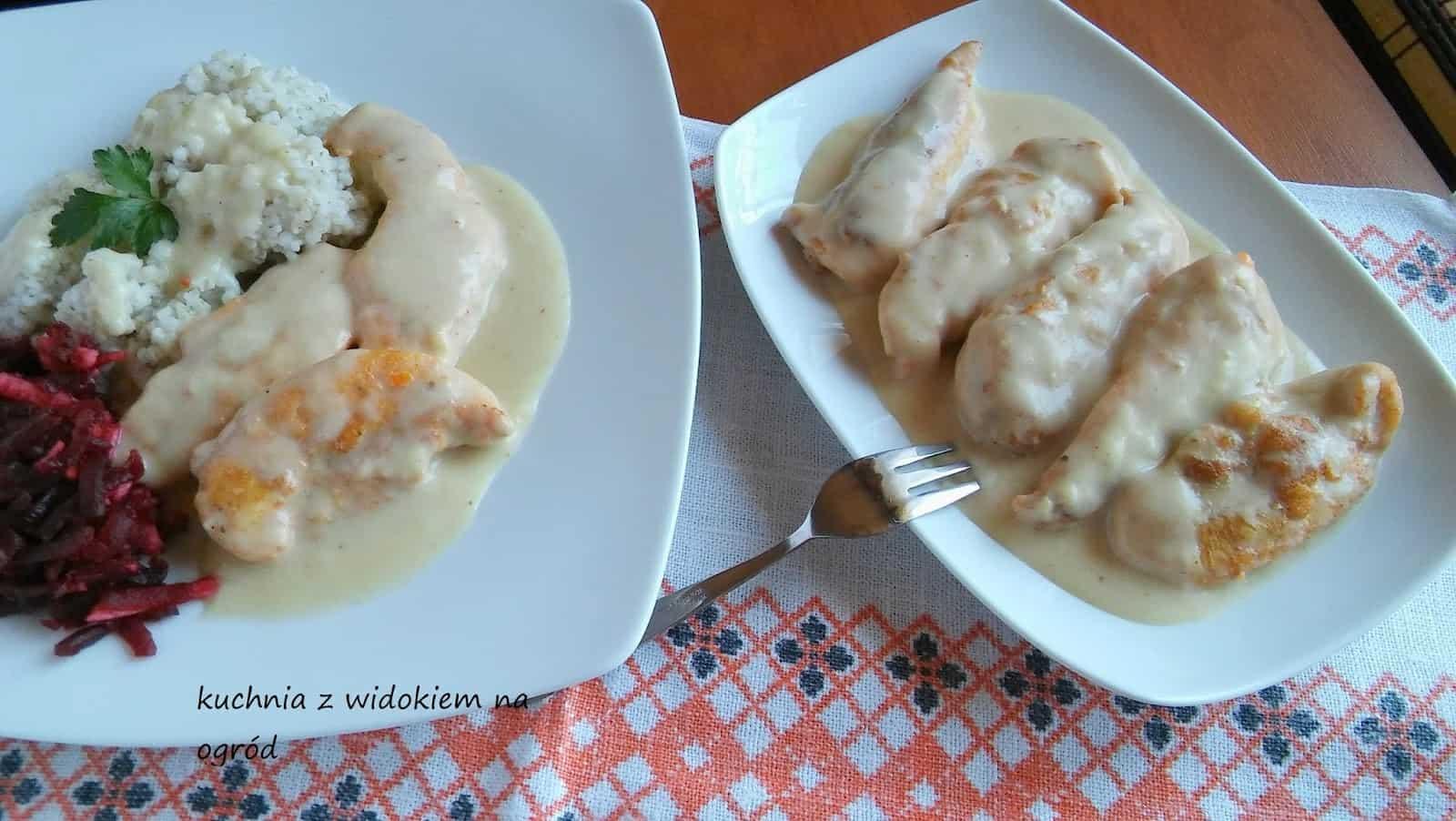Grillowane polędwiczki z kurczaka w jasnym sosie śmietanowym.