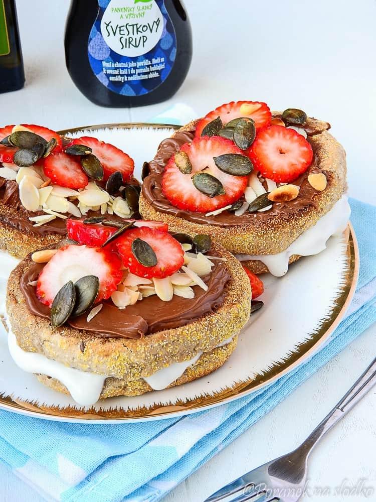 Wegańskie muffiny angielskie z czekoladą.