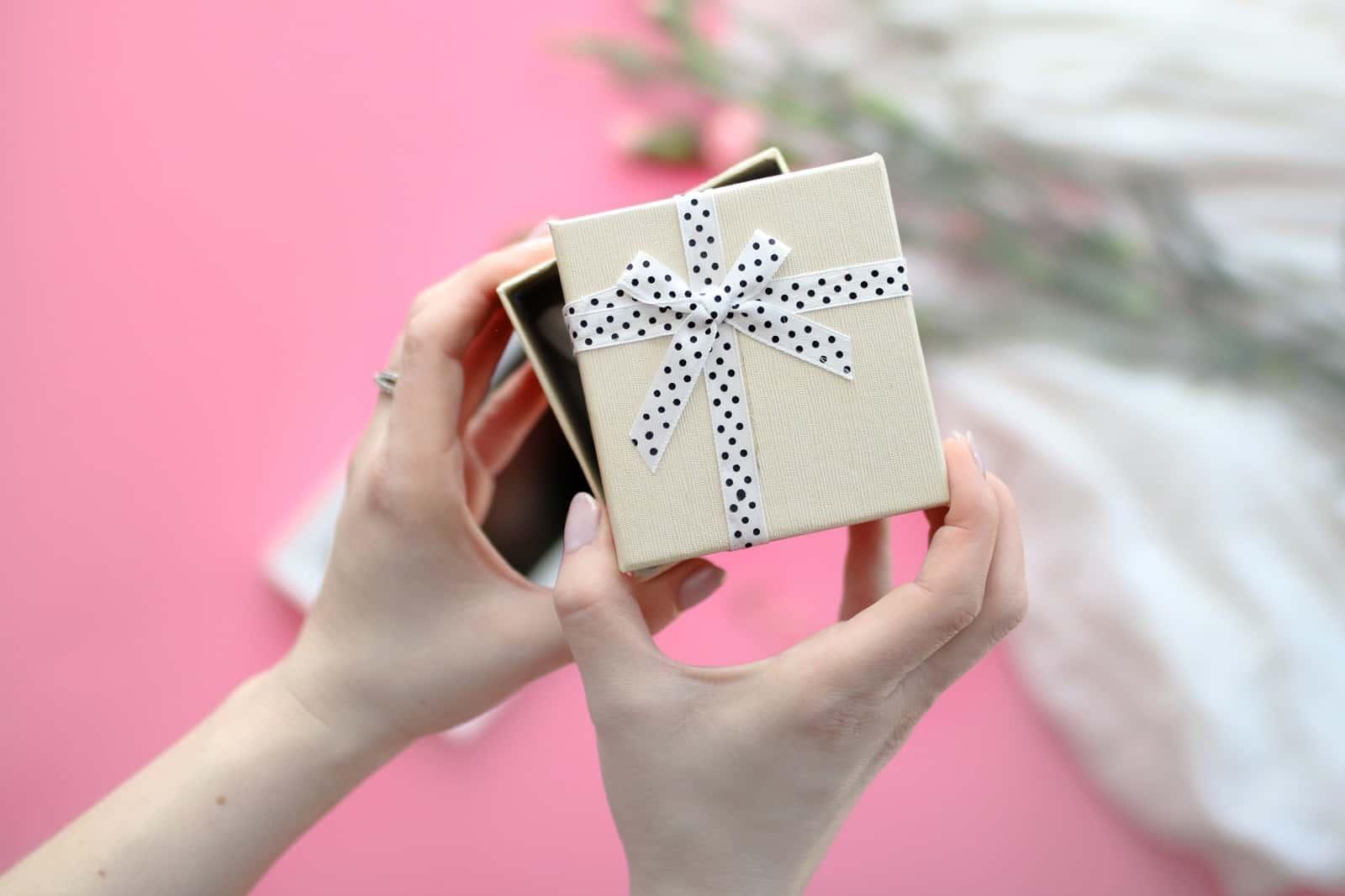 """3 najlepsze pomysły na prezent {nie kosztują wiele, ale kiedy ostatnio je """"wręczyłaś""""?"""