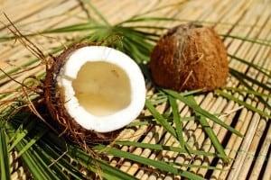 Demakijaż oczu olejem kokosowym
