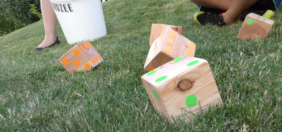 Zobacz jak zrobić gigantyczne kostki do gry w ogrodzie