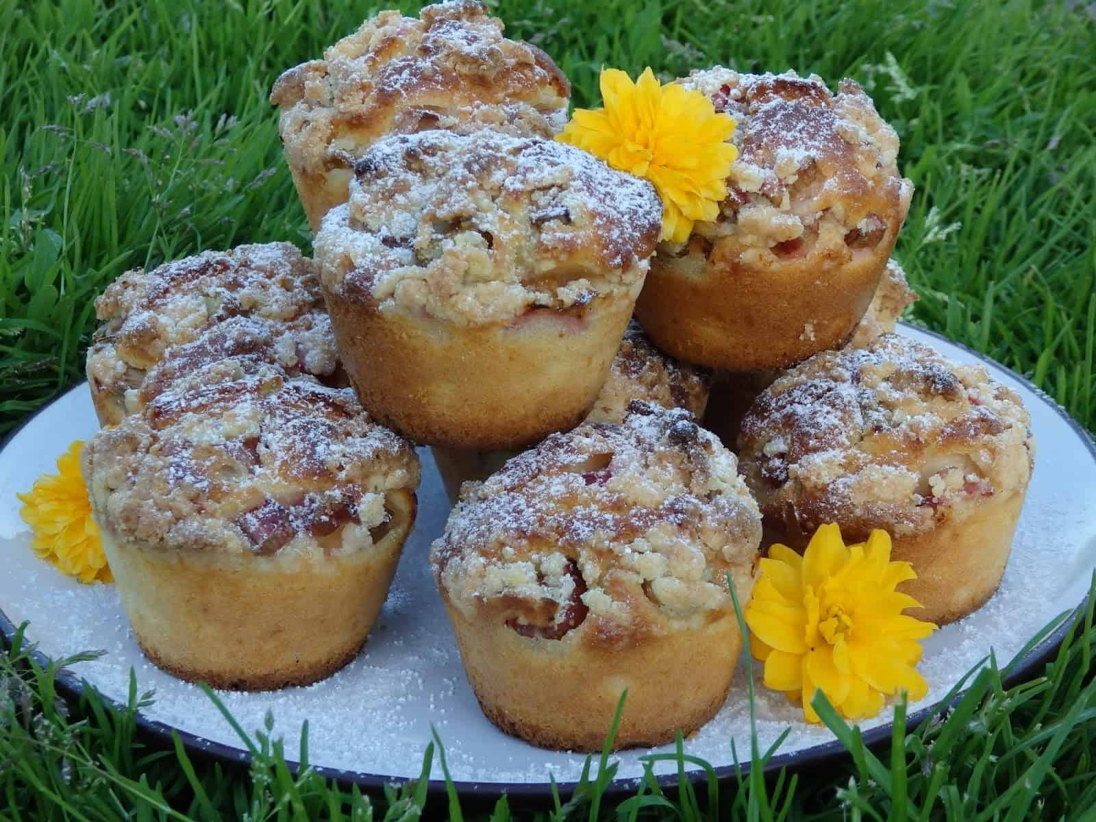 Muffinki na maślance z rabarbarem i kruszonką