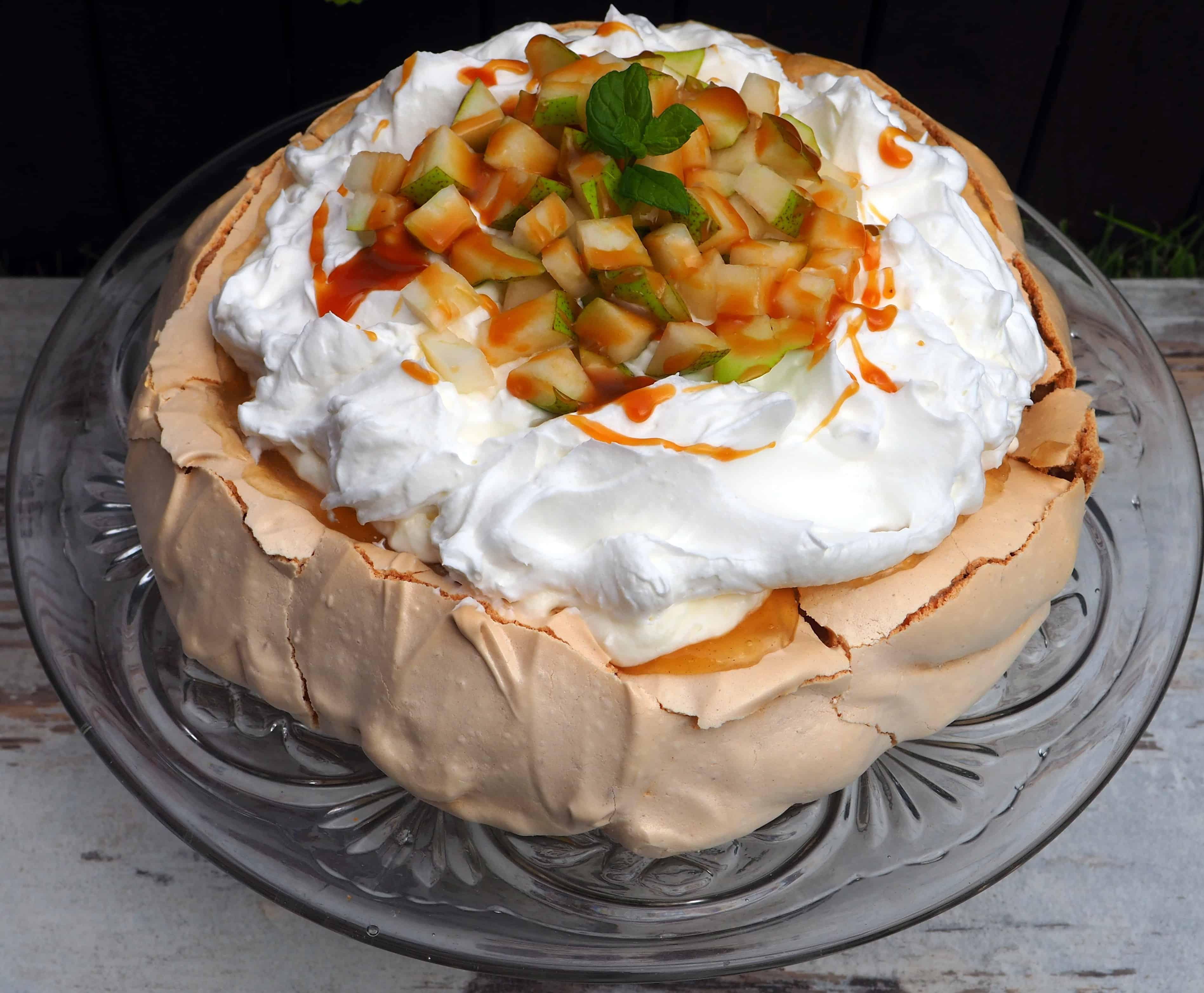 TORT BEZOWY Z GRUSZKAMI I KARMELEM