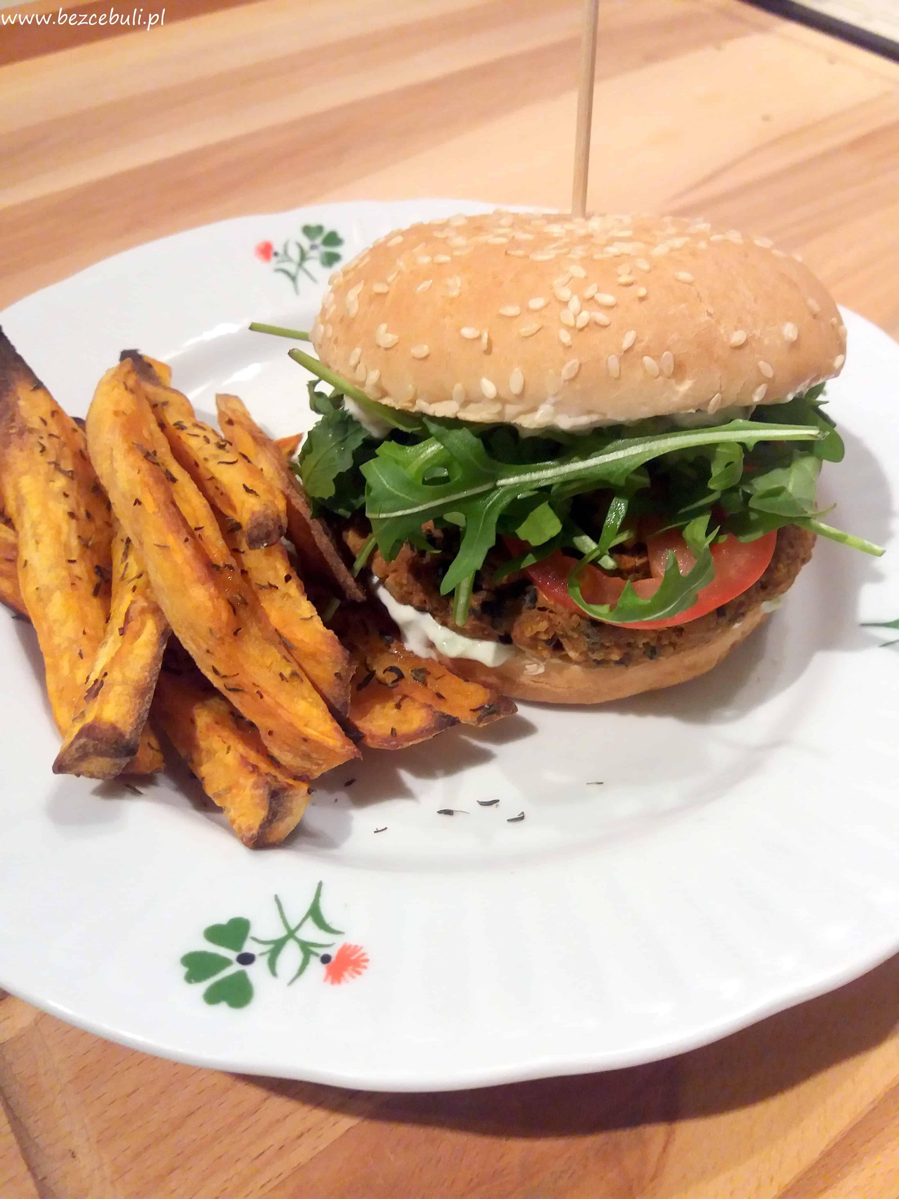 Burger z czerwonej soczewicy i kaszy jaglanej