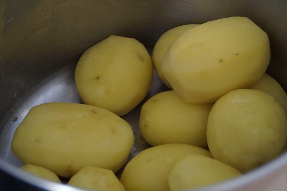DomPelenPomyslow.pl Przed ugotowaniem zawsze wkładaj ziemniaki do zamrażarki. Dzięki temu danie będzie jeszcze lepsze!